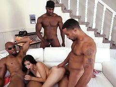 Бесстыдная шлюха трахается с тремя огромными черными членами