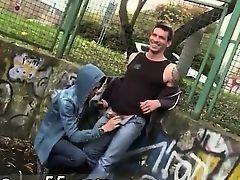 Парень дает сосать гею на улице и трахает его в жопу