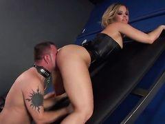 Блондинка Alexis Texas с гигантскими титьками опасно возбуждена