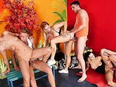 У Stacy Silver есть энергичный анальный секс на секс вечеринке