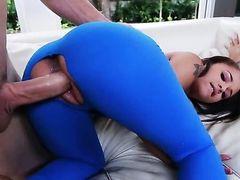 Брюнетка с крутой попкой получает сперму на после секса с горячим чуваком