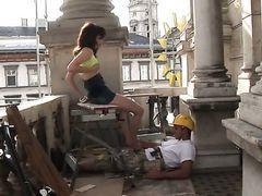 Молодая хозяйка садится сверху на жесткий хуй рабочего