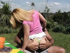 Араб трахает пышную блондинку с большой попой на пикнике посреди лужайки