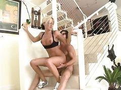 Блондинка Val Malone с шикарной жопой трахает парня на лестнице