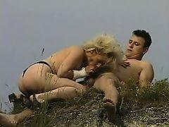 Секс зрелой мамочки с молодым крепышом на траве