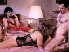 Зрелые в сексе втроем в ретро порно видео