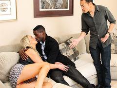 муж рогоносец возмущается когда брутальный негр лапает за пизду блондинку жену