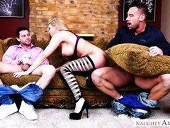 развратная блондинка устроила групповушку с бойфрендом и его другом