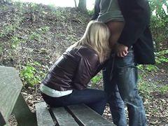 студентка исполняет глубокий заглот хуя в парке на лавочке