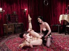гламурная госпожа трахает свою связанную рабыню страпоном на шикарном ковре
