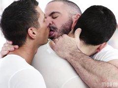 бородатый гей лижется с двумя своими любовниками