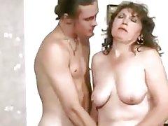увядающая русская тетка соблазнила молодого ебаря