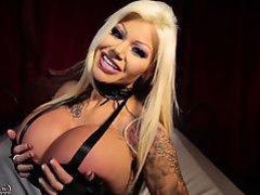 гламурная блондинка показывает свои огромные сиськи