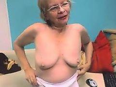 старуха в очках показывает свои обвисшие сиськи