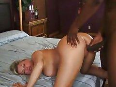 зрелая дама с большой жопой получает удовольствие от толстого черного хуя