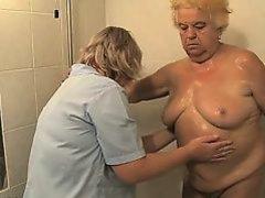 две старые лесбиянки начинают ласкать себя в душе