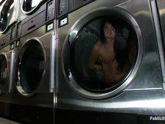 телку раздели связали и засунули в стиральную машину