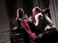 Carter Cruise позволяет мужику поместить член в свой рот