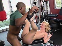 Блондинку трахает негр-тренер на тренажере в фитнесс зале