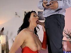 Британская мамочка в чулках трахнута в жопу