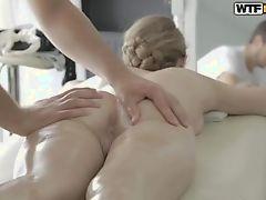 Блондинка с белой кожей получает смазанный массаж