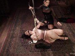 Грудастая госпожа связала толстую телку и трахнула ее страпоном